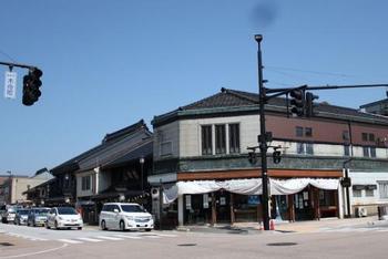 富山県高岡市の風情ある街並みの中にある和菓子屋さん「大野屋」は、1838年から受け継がれる和菓子が魅力の老舗です。万葉の歌人にちなんだお菓子や季節のお菓子が揃っています。