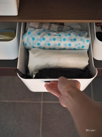 収納上手さん御用達の収納ボックスは、いくつあっても困らない定番アイテムです。クローゼットやキッチン、造り付けの収納など、仕切ったり区切ったり、モノのグルーピングが簡単にできるのも魅力。清潔感のある白いルックスは、冷蔵庫内の整理にもおすすめです。
