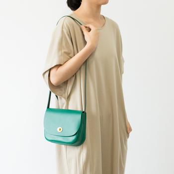 ワンピーススタイルには肩掛けタイプのショルダーで正統派のイメージをプラス。鮮やかなグリーンが差し色になっています。