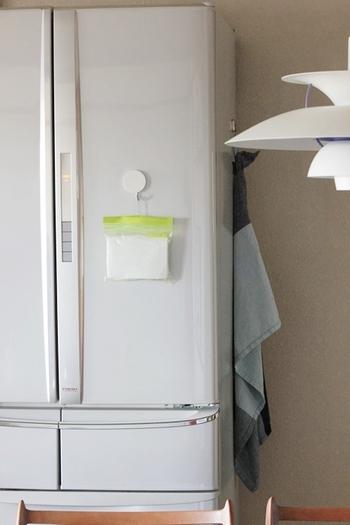 そんなときは、IKEAのプラスチック袋にお薬を入れて、冷蔵庫に貼り付けておく方法はいかがでしょう。指定席を決めておけば、飲み忘れることもありません。