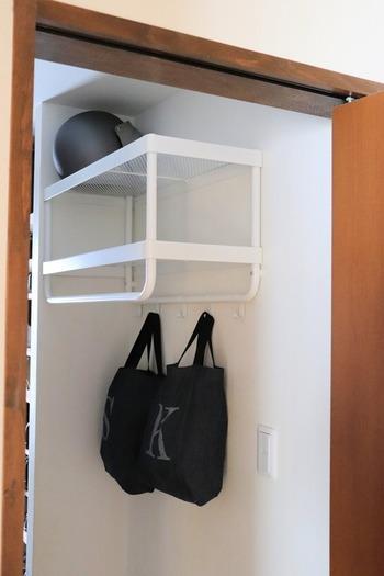 玄関やシューズクロークにあると重宝する、帽子&コートラック。2段の棚と、フック、ポールの4か所に収納スペースがあるため、見た目以上に収納量があります。かさばるアウターや置き場所に困るヘルメット、レイングッズの収納にも。白いボディは狭いスペースでも圧迫感なく使えます。