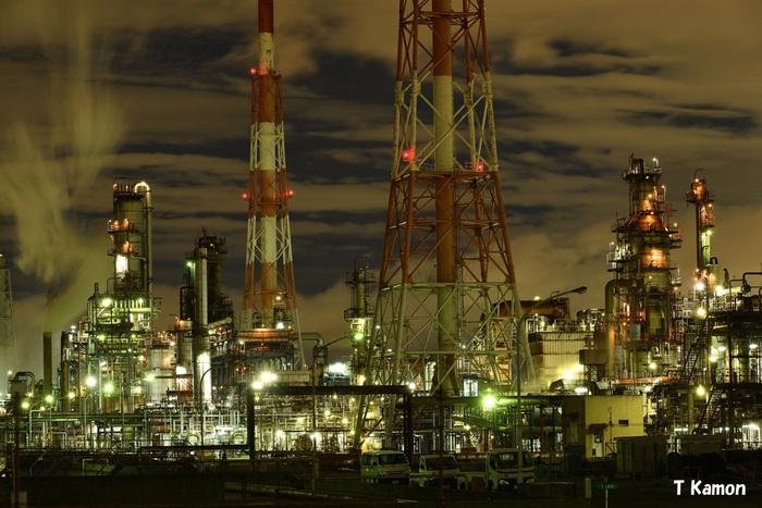 複雑で入り組んだプラント、巨大な煙突、立ち込める蒸気……。阪神工業地帯では、近未来的な風景がどこまでも続いています。