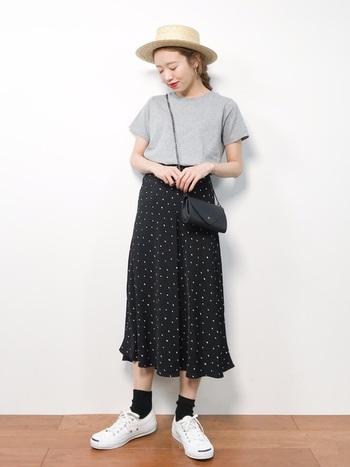 夏におすすめのスタイリング。夏のソックスは暑苦しく感じるかもしれませんが、シンプルなTシャツと合わせると夏でもすっきり見せることができます。こちらはカンカン帽にヴィンテージライクなスカートで、カジュアルになりすぎないコーディネートに仕上げています。