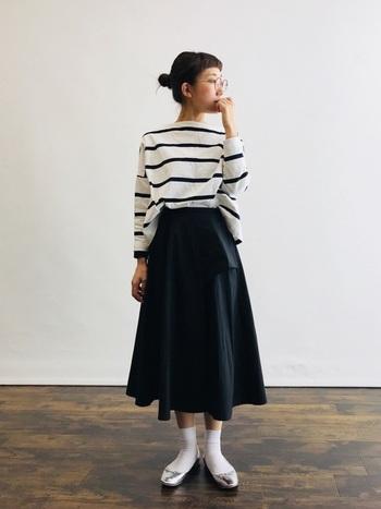 定番の白ソックスをひざ下丈のスカートに合わせて。トップスはボーダーでカジュアルですが、同じトーンでまとめると落ち着いた洗練された印象になります。また、シルバーのフラットシューズを合わせることでひとひねり効いたワンランク上のスタイルに。