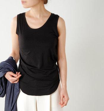 シャツやカーディガンを合わせた時に女性らしく決めるなら、首元の開いたタンクトップを合わせると、美しいデコルテラインが作れます。袖を通さずに羽織って肩周りを少しだけ隠すと、二の腕カバーと涼しさの両方が叶います。