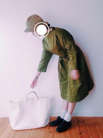 レディーなシルエットのワンピースを素直に1枚で。「オリーブ色」なら照れずに着られそうですね。白のバッグで爽やかさも◎。