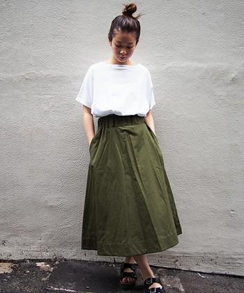 レディーなシルエットのスカートも、「オリーブ色」なら決まり過ぎず、程よい抜け感。ボートネックのトップスで、こちらもさりげなくフレンチテイストに。