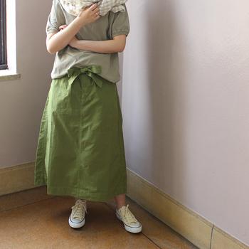発色がキレイな「オリーブ色」のスカートも、ナチュラルコーディネートによく似合います。大きなリボンも「オリーブ色」なら甘くなりませんね。