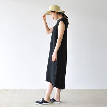 シンプルなワンピースも、カーディガンやシャツと合わせやすいアイテム。こなれ感のあるロング丈や肩掛けスタイル、ショート丈のシャツの裾を前で結んだり…コーディネートの幅も広がります。