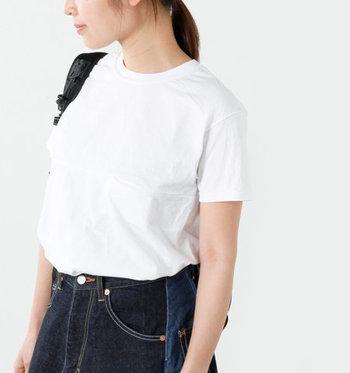 ボトムに何を選んでも喧嘩しない白Tシャツは、洗い替えで何枚も持っていたいもの。スカーフやネックレスなど、首回りの小物で、印象を変えられるのも魅力です。
