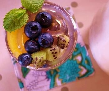 葛切りにバルサミコシロップをかけて、フルーツを盛り付けたグラスデザートです。シロップには炭酸水を使用しており、シュワシュワと爽やかなスイーツ。彩り豊かなフルーツは季節に合わせてアレンジできますね。