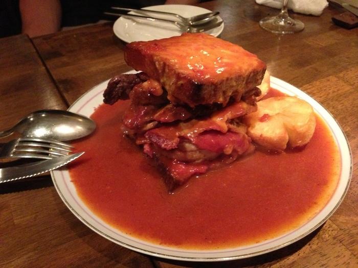 見た目も仰天なこちらは「野区のサンドイッチフランセジーニャ」。色々な部位のお肉をサンドし濃厚なトマトベースのソースとチーズをかけて焼いたもの。この美味しさは家では再現不可能。是非足を運んで食べていただきたい濃厚な逸品です。