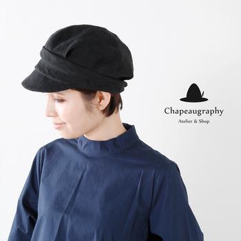 キャスケットはショートヘアを小粋に見せてくれる便利アイテム。ボーイッシュで軽快なスタイリングにもよく似合います。