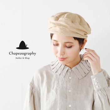こちらのベレー帽はターバン風のフォルムがユニーク。リネンの質感とナチュラルなカラーもエスニックな雰囲気を引き立てています。とにかく被るだけで、1つのスタイルが完成するので、とても気軽におしゃれを楽しめます。浅く被ったり、くしゃっとさせたり、被り方で微妙な変化を付けられるのも魅力です。
