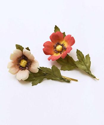 自然にある草花のような雰囲気のヘアピン。大人なヘアアレンジとしては、まとめ髪のアクセントとして取り入れるのがおすすめです。