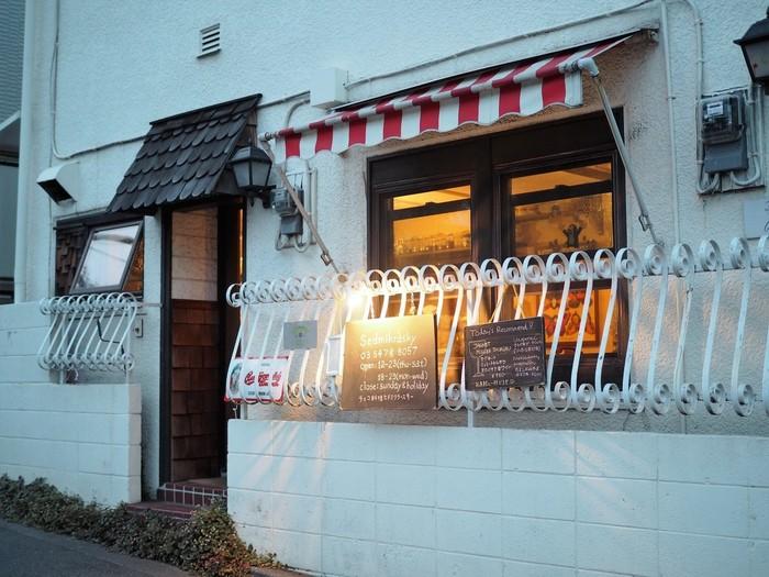 ヨーロッパの中央に位置するチェコは隣接する様々な国の美味しい影響を受けており、ビール大国としても有名な国です。首都のプラハは美しい街としても有名で、日本でも知られているモグラのクルテルが主人公の絵本作家もチェコ出身です。赤と白のストライプが可愛い外観が印象的な代々木上原の「セドミクラースキー」では、チェコのビールと美味しい家庭料理が頂けます。店名の「セドミクラースキー」はチェコ語で「ヒナギク」を意味するそうです。とっても可愛らしいですね。