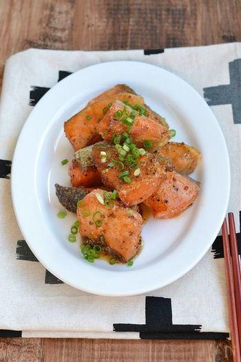 色が綺麗な鮭は、昔からお弁当のおかずとしてもお馴染みの食材です。こちらは塩鮭ではなく生鮭。カラッと揚げたものをちょっと甘めのマスタードソースで和えるおしゃれなおかずです。塩鮭にはもう飽きた…なんて方はぜひお試し下さい。