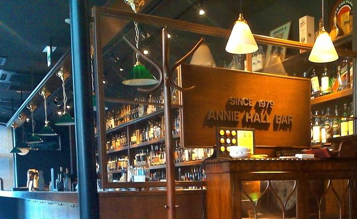 京都駅から徒歩5分にある、「ANNIE HALL BAR(アニーホールバー)」。17時まではカフェタイム、17時から26時まではバータイムで、カクテル・ウィスキーの品ぞろえも豊富。10時から開店しているので、もちろんランチも楽しめます。