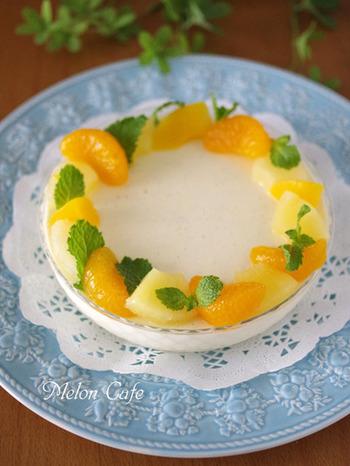 こちらのババロアは、生クリームを使わずクリームチーズで作るので、泡立てる必要もありません。好きなフルーツを盛り付けてくださいね。
