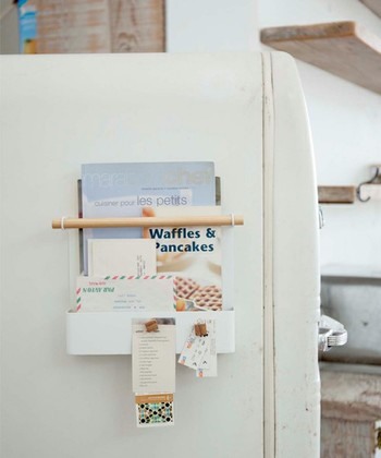 マグネット式なので冷蔵庫の側面にピタッと取り付けるだけで使用できるレシピホルダー。レシピだけでなく、ちょっとしたメモやノートなども、お気に入りの絵葉書などを添えてオシャレに整理できます。