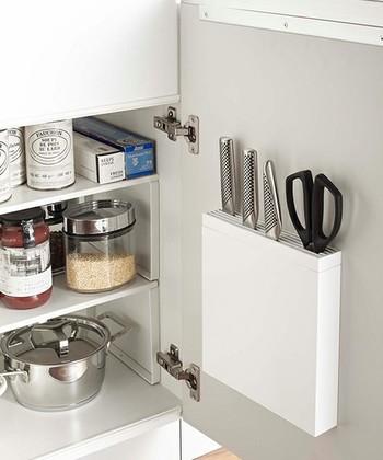 キッチンバサミって、実は結構収納に悩んじゃったりしませんか?こちらは、包丁と一緒にキッチンバサミも収納できる優れもの。棚裏に取り付けても、すっきりミニマルなデザインで場所を取らないのも特徴です。