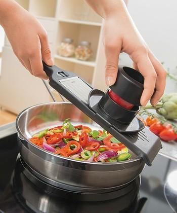 料理中の「うっかり」でありがちな小さな危険も、指ガード付きなので安心して使えるのが特徴。ハンドホイールもついているので、野菜を最後まで使う事ができるのも魅力の一つです。