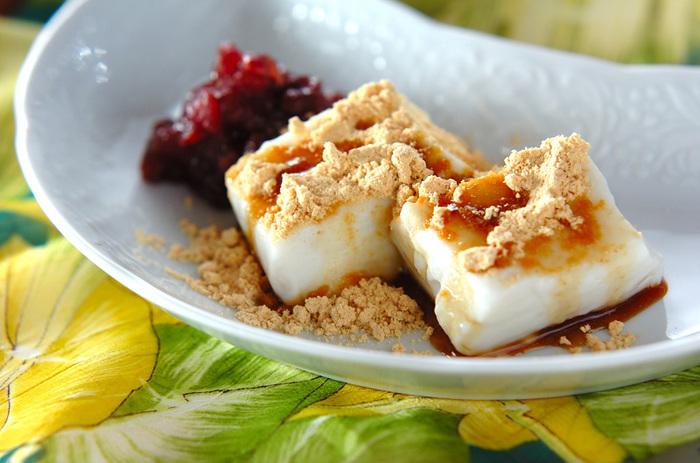 ココナッツミルクを使った真っ白のわらび餅はまろやかなやさしい味わいです。黒蜜・きな粉との相性も抜群ですよ。