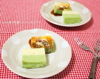 お豆腐と片栗粉で作る、一風変わったわらび餅。とってもヘルシーなのでダイエット中の方にもおススメです。抹茶味との2層仕立てが見た目もよくて◎