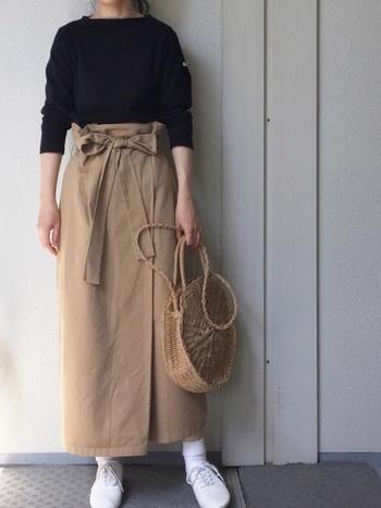 シンプルなロング丈の巻きスカート。ハイウエストなので、スタイルよく仕上がるのがうれしい。太めのリボンベルトでウエストをマークすれば、おしゃれのアクセントになるだけでなく、さらに腰が高く見えますよ。