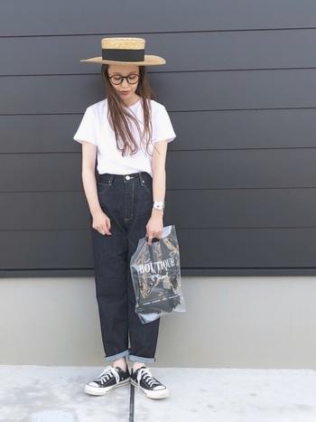 ジーンズに白Tシャツという究極のシンプルスタイル。ここで大事にしたいのは、シルエットやバランス。ハイウエストなストレートジーンズにTシャツをインすることで、すっきり細身のシルエットに。ガーリーな帽子をプラスしたところが遊び心があっておしゃれです。