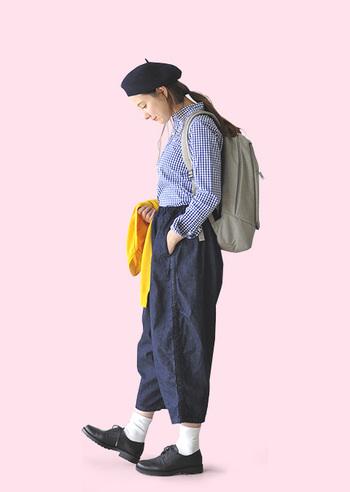 ダボっとまあるいシルエットがコケティッシュなボールパンツ。デニム生地に同系色のギンガムチェックのシャツが良くお似合い。シャツはインしてハイウエストで履くのが今の気分です。