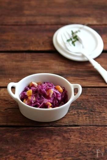 お弁当の片隅に入っていると、なんだかグッとおしゃれな雰囲気を添えてくれる紫色。中でも紫キャベツのマリネやコールスローはさっぱりしていて人気の副菜です。お好みでコーンやナッツを加えても美味しいですよ♪