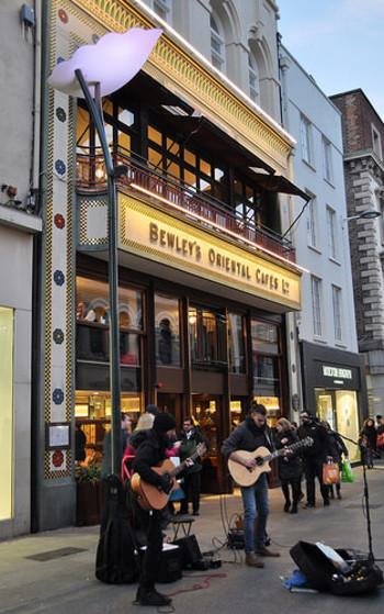 ダブリンの街角で出会った男女が、音楽を通して心を通わせる「ONCE ダブリンの街角で」。 男は、穴の空いた(年季の入った)ギターを手に、日銭を稼ぐストリートミュージシャン。女は、行商したりと、生活を成り立たせることで精一杯の、チェコからの移民。彼女のささやかな楽しみは、楽器店にあるピアノを使って音色を奏でることであり、その腕前に感動した男は、彼女にセッションを持ちかけるのです。