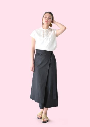 タイトスカートは足さばきが悪くてちょっと窮屈な場合も...。そんなときは、ガウチョパンツとラップスカートが一体となったタイプのものはいかが?パンツの上にエプロンのように巻くだけで、スカートのように見せられるし、立体的で凝ったデザインなのでとってもおしゃれ。エプロンの巻き方で表情が変わるので、いろんなスタイリングを楽しめそうです。