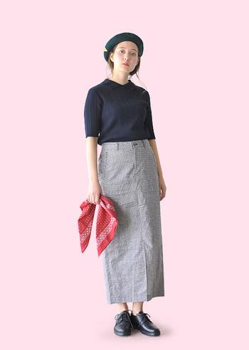 ロングのタイトスカートは、ウエストコンシャスなスタイルを美しく見せるのに、かなり心強いアイテム。視覚的に縦長に見えてすっきりするし、華奢な足首をのぞかせるだけで抜け感が出るのもうれしい。小柄な人には特におすすめしたいアイテムです。