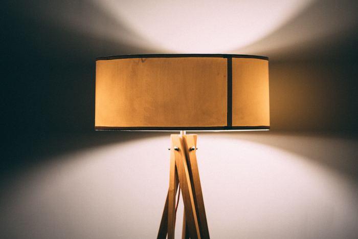 寝室でのんびり過ごし、その後ぐっすりと眠るためには照明も大切なポイントになってきます。寝る直前まで蛍光灯の下にいると眠りにつきにくくなる場合もありますので、リラックスできるような照明環境をつくりましょう。