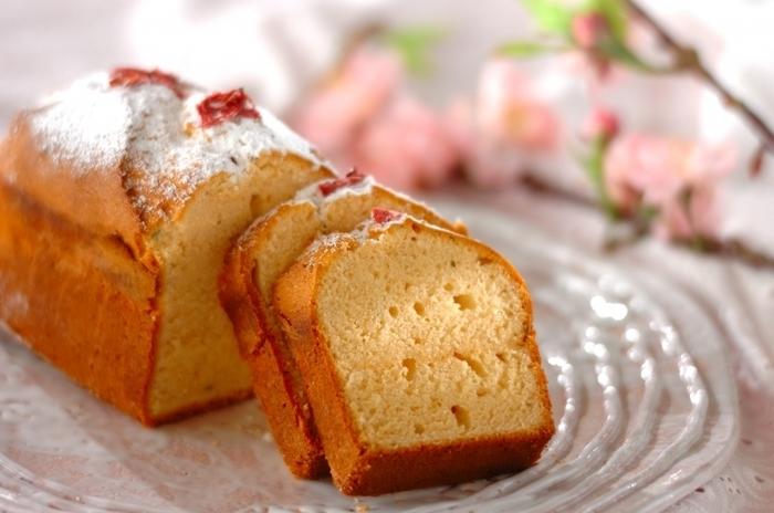 """混ぜて焼くだけで簡単にできるのが魅力なパウンドケーキ。  焼きたても美味しいし、冷蔵庫で寝かせてしっとりさせても美味しい。 日持ちするのも嬉しいですね。  バナナ、ナッツ、チョコレート、紅茶。  いろんな""""好き""""を詰め込んで。 今日のお菓子作りはパウンドケーキに挑戦してみませんか?"""