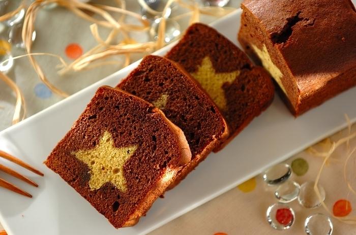 とにかく見た目が可愛い!星型のパウンドケーキ。 星型にパウンドケーキをくり抜いたり、少し手間はかかるもののとてもステキに仕上がるので時間のある休日に作ってみるといいかもしれません。思わずお客様に出したくなる、そんなアイディアレシピですね。
