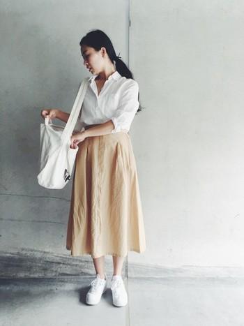 白とベージュでまとめた上品なスタイル。シャツをタックインしていることで、よりスッキリした印象になります。袖をロールアップして、こなれ感をプラス。リネンならではの風合いを活かした爽やかで洗練されたスタイルです。