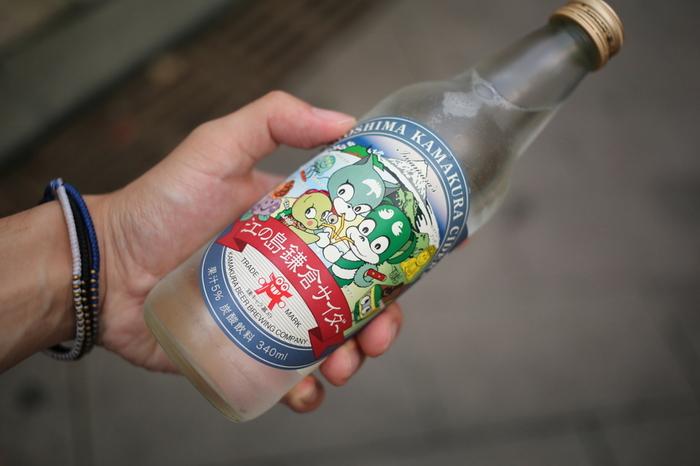そんな江の島のご当地サイダーが「江の島鎌倉サイダー」です。鎌倉・江の島エリアの豊かな自然や穏やかな風景をイメージした、清涼感たっぷりのレモン味。強めの炭酸が、乾いた身体に心地よく染みわたります。