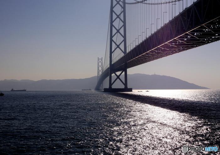 淡路島は兵庫県の南部に位置し、瀬戸内海の中でいちばん大きな島。本州と島を結ぶ「明石海峡大橋」は、淡路島を代表するダイナミックな景観です。