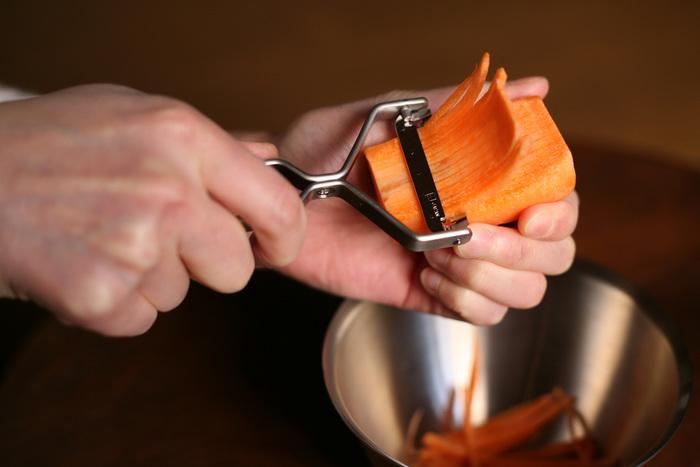 替え刃で千切りピーラーもあるから、一台で二役活躍してくれるのも嬉しい。千切りピーラーはきんぴらを作るのに丁度いい厚みに切ることができます。