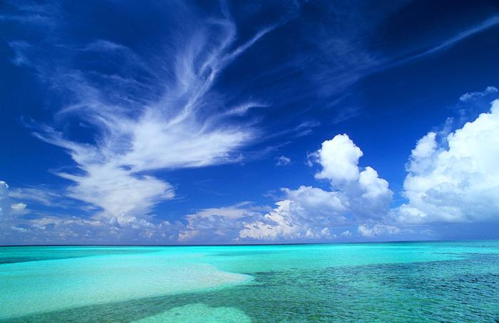 同じ日本とは思えない澄んだブルーの海に囲まれた宮古島。与那覇前浜(よなはまえはま)ビーチは、そのあまりの美しさから「東洋一」とも評されます。