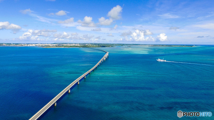 2015年に開通した伊良部大橋は、その青い海を貫く絶景ロード。無料で渡れる橋としては日本一の長さを誇り、インスタ映えする橋としても大人気です。