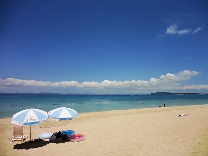 津堅島(つけんじま)は沖縄本島からフェリーで30分、日帰りで行ける離島です。人影が少なく、誰にも邪魔されず自分だけの時間を過ごしたいという時におすすめの島。