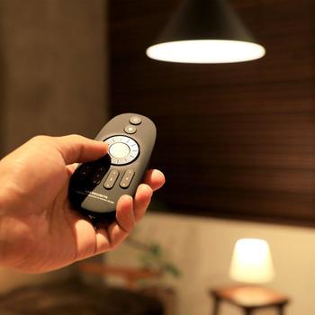 食事や勉強、就寝など全ての行動を1つの部屋で行うワンルームの場合は、シーンごとに明るさや光の色が変えられる調光式の照明が便利です。就寝前には暗めの電球色、勉強や作業時には明るい昼光色といった風に用途に合わせて調整できます。