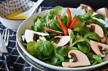 毎日作るサラダ。レタスにキュウリ、トマト・・・それにいつものドレッシングとマンネリになっていませんか?食材を変えるのもいいけれど、新しいキッチンツールをプラスするのも効果的。脱マンネリ&便利なキッチンツールを探してみよう。