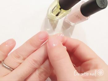 使い方は簡単!キューティクルオイルを指先に塗って、マッサージをするように全体に馴染ませるだけ。お風呂上りや手を洗った後など、清潔な状態のときに行いましょう!