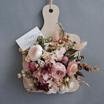 カッティングボードにぎゅっと詰められたドライフラワーたち。まとまりが合ってかわいらしい印象です。大切なお花がこのようにアレンジされると長く飾っておけそうですね。