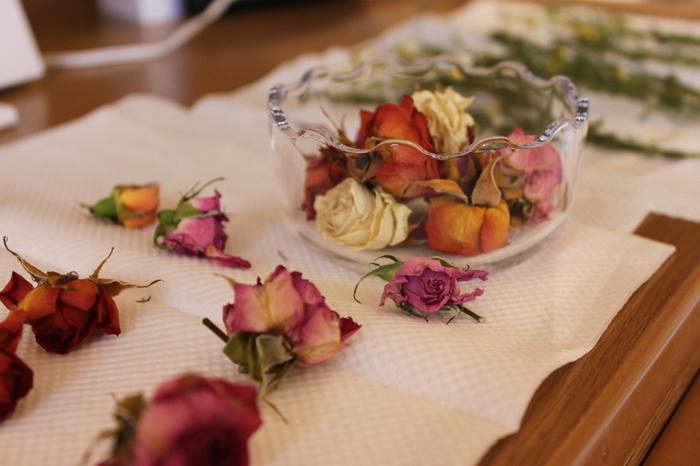 茎の部分を切り落としたバラを、ガラスの器に無造作に入れるだけで、とても雰囲気のあるディスプレイに仕上がります。お客様をお迎えする玄関に置いてみてはいかがでしょうか。